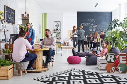 Mobilier tendance dans un espace de coworking